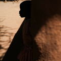 ウガンダの村で、女性器切除(FGM)に反対する会合の話に耳を傾ける少女(2018年1月31日撮影、資料写真)。(c)Yasuyoshi CHIBA / AFP