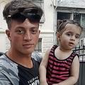 トルコのイスタンブールで、自らが助けたシリア出身の2歳の女児と一緒に写真撮影に応じる、アルジェリア人のファウジ・ザバートさん(2019年6月27日撮影)。(c)AFP=時事/AFPBB News