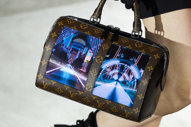 ルイ・ヴィトン、ディスプレイを備えたハンドバッグ「キャンバス」を披露