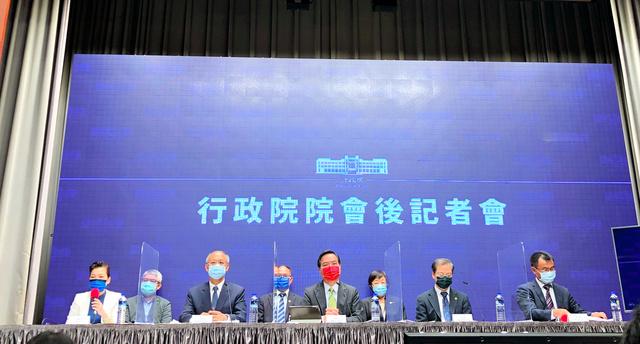 23日、台湾がTPPへの加盟を正式に申請したことについて説明する蔡英文政権の閣僚たち=台北市