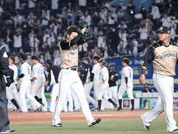 9回2死一塁、岡にサヨナラ本塁打を打たれガックリとベンチに戻る杉浦(左)と中田 (撮影・西川祐介)