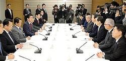 政府与党政策懇談会で発言する安倍晋三首相(左列中央)=5日午前、首相官邸(春名中撮影)