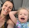 稀な遺伝子疾患を持つ5歳児と母親(画像は『Metro 2020年1月27日付「Parents vow to make beautiful memories after five-year-old diagnosed with rare dementia」(Picture: PA Real Life/Collect)』のスクリーンショット)