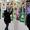 たくさん並んだ嵐のCMポスターと写真を撮る嵐ファン=2019年11月14日午後2時13分、イトーヨーカドー福住店、前田健汰撮影