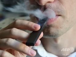 電子たばこを吸う人(2018年10月2日撮影、資料写真)。(c)EVA HAMBACH / AFP