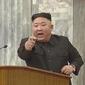 朝鮮労働党第8期第2回総会で誰かを指さす金正恩氏(朝鮮中央テレビ)