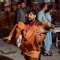 アフガニスタン・ジャララバードの刑務所の近くで爆発が発生した後、負傷者を病院に運ぶボランティアの男性(2020年8月2日撮影)。(c)NOORULLAH SHIRZADA / AFP