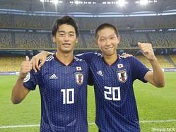 決勝点のFW唐山翔自(右)がアシストのFW西川潤と並んでガッツポーズ