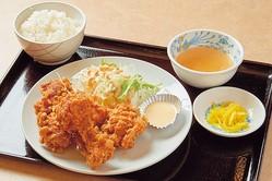 鶏の唐揚セットは大きなからあげ6個に、ご飯、スープ、サラダ、ザーサイ付きで600円/煌 きらめく