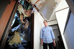 ゴルフ練習場の鉄柱が倒れてきた住宅。住民の男性によると、倒壊直後よりも徐々に鉄柱の位置が下がってきて、壁の割れ目も広がっているという=2019年10月9日午後3時49分、千葉県市原市、高橋雄大撮影