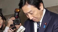 閣議で辞表を提出したことを表明し、記者団の質問に答える菅原一秀経産相=25日午前、国会内(春名中撮影)