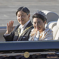 即位を祝うパレードに出発される天皇、皇后両陛下=10日午後、東京・皇居