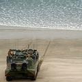 米カリフォルニア州にある米海兵隊のペンドルトン基地付近で行われた日米共同軍事演習「アイアンフィスト2014」に参加した水陸両用車AAV7(2014年2月19日撮影、資料写真)。(c)Joe KLAMAR / AFP