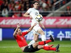 カバーニは良いかたちでボールを受けることが少なく、印象を残すことはできなかった。日本戦ではどのようなプレーを見せるだろうか。 (C) REUTERS/AFLO