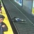 アルゼンチンで線路に突き落とされて動かなくなった女性 絶体絶命の危機