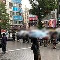 雨の中でも勝つために並ぶパチンコ客。もちろん、負けようと思って打つ者はいない
