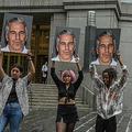 米ニューヨーク市の連邦裁判所前でジェフリー・エプスタイン被告の写真を掲げ抗議する、「ホット・メス」という団体のメンバーら(2019年7月8日撮影、資料写真)。(c)STEPHANIE KEITH / GETTY IMAGES NORTH AMERICA / AFP