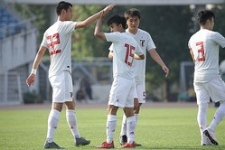 持ち前の技巧と左足で攻撃を牽引した久保(15番)。U-22代表でも日増しに存在感を高めている。写真:佐藤博之