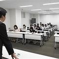 サマータイムを導入するみなと銀行の勉強会に参加する行員ら=1日午後、神戸市中央区(岡本祐大撮影)