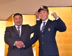 阪神と仮契約を結び、熊野スカウト(左)と握手を交わすドラフト5位・藤田(撮影・立川洋一郎)