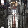 12日の深夜、多摩川の氾濫により冠水した二子玉川駅付近の様子。見回りのため消防隊員が駆けつけた