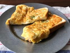 材料ほぼ3つで完成!フライパンでできるオムレツチーズトースト