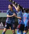 <サッカー女子日本代表・ウクライナ代表>前半5分、この日自身1得点目のゴールを決めた塩越(左)は長谷川と喜ぶ(撮影・西海健太郎)