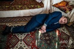 中国の再教育施設に収容されていたオムル・ベカリさんが再現した拘束の様子。トルコ・イスタンブールにて(2019年3月6日撮影)。(c)Yasin AKGUL / AFP
