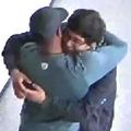 廊下でハグを交わすコーチ(左)と生徒/Multnomah County District Attorney