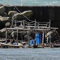 秋田・由利本荘の海岸に漂着した、北朝鮮のものとみられる木造船。こうした事案が日本海岸に多発している。(写真=時事通信フォト)