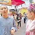 27日、ジャッキー・チェンの娘エッタ・ンさんの奇行が香港で連日話題になっているが、今度は恋人女性と一緒に撮った映像が動画共有サイトに登場。この中でエッタさんは自分たちの窮状を訴えている。写真はエッタ・ンさんと恋人女性。