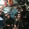 インドネシア海軍の潜水艦「KRIナンガラ402」内でヒット曲「サンパイジュンパ(さようなら)」を歌う乗組員ら。消息を絶った4月21日の数週間前に撮影された、インドネシア軍提供の動画より(2021年4月26日入手)。(c)AFP PHOTO / Indonesian Military via AFPTV
