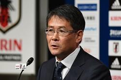 日本代表のトレーニング後に取材に応じた関塚技術委員長。小笠原との思い出を語った。(C)SOCCER DIGEST