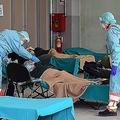 イタリアでは病床数が足りず、簡易ベッドでの治療が続けられる(写真/アフロ)