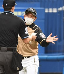 8回、投手交代を告げる日本ハム・栗山監督=ZOZOマリン(撮影・開出牧)