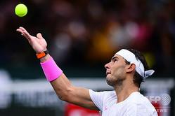 男子テニス、パリ・マスターズ、シングルス準々決勝。サーブを打つラファエル・ナダル(2019年11月1日撮影)。(c)MARTIN BUREAU / AFP