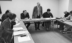 (写真)全国カジノ賭博場設置反対連絡協議会の幹事会。正面中央は新里代表=11日、大阪市内