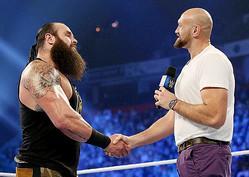 握手するタイソン・フューリーとストローマン(C)2019 WWE, Inc. All Rights Reserved.