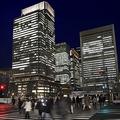 夜のオフィス街。常態化した残業が「働き方改革」で無くされたら、即、「給与減」という人は多い