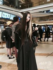 ゴスメークをして中国・広州市の映画館を訪れたLaora Geinさん。Geinさんも広州市内の地下鉄駅でコスプレを理由に呼び止められたことがあり、今回の出来事を受けて微博に抗議の自撮り写真を投稿した(2018年11月15日撮影、2019年3月19日提供)。(c)AFP=時事/AFPBB News