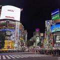 渋谷の街で夜遅くまではしゃぐ若者 コロナは「幻の病気だと思う」