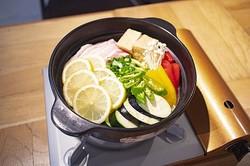REISM STANDの「夏野菜たっぷり!青唐うま辛塩レモン鍋」(1380円)は薬膳の効果で夏バテの体を癒す逸品