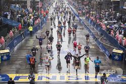 ボストン・マラソンでフィニッシュラインを通過するランナー(2018年4月16日撮影、資料写真)。(c)RYAN MCBRIDE / AFP