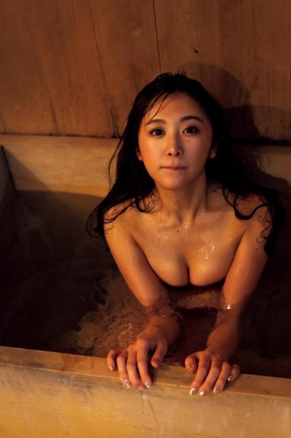 真島なおみ「初めての不倫旅行」グラビアで史上最高セクシーに挑戦