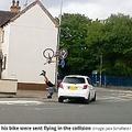自転車が空高く飛び、男性は頭から地面に落下(画像は『Leicester Mercury 2021年9月20日付「Horrifying dashcam images show cyclist being sent flying into the air by car in head-on crash」(Image: Jack Schofield / SWNS)』のスクリーンショット)