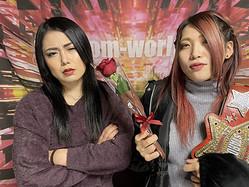 舞華(左)に赤いバラを手渡す王者・林下詩美(Ⓒスターダム)