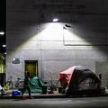 米カリフォルニア州ロサンゼルスの道路沿いに張られたホームレスの人々のテント(2020年5月16日撮影)。(c)Apu GOMES / AFP