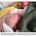 救出され入院中の赤ちゃん(画像は『Metro 2020年11月12日付「Newborn baby miraculously saved after being buried alive on farm」(Picture: Newslions Media/SWN))』のスクリーンショット)
