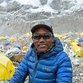 ネパール・ソルクンブ郡のベースキャンプで、エベレスト登頂前にAFPのインタビューに応じる登山ガイドのカミ・リタ・シェルパさん(2021年5月2日撮影)。(c)Prakash MATHEMA / AFP