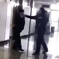 男性教諭(右)が生徒を殴ったシーン(ツイッターより、画像は一部加工)